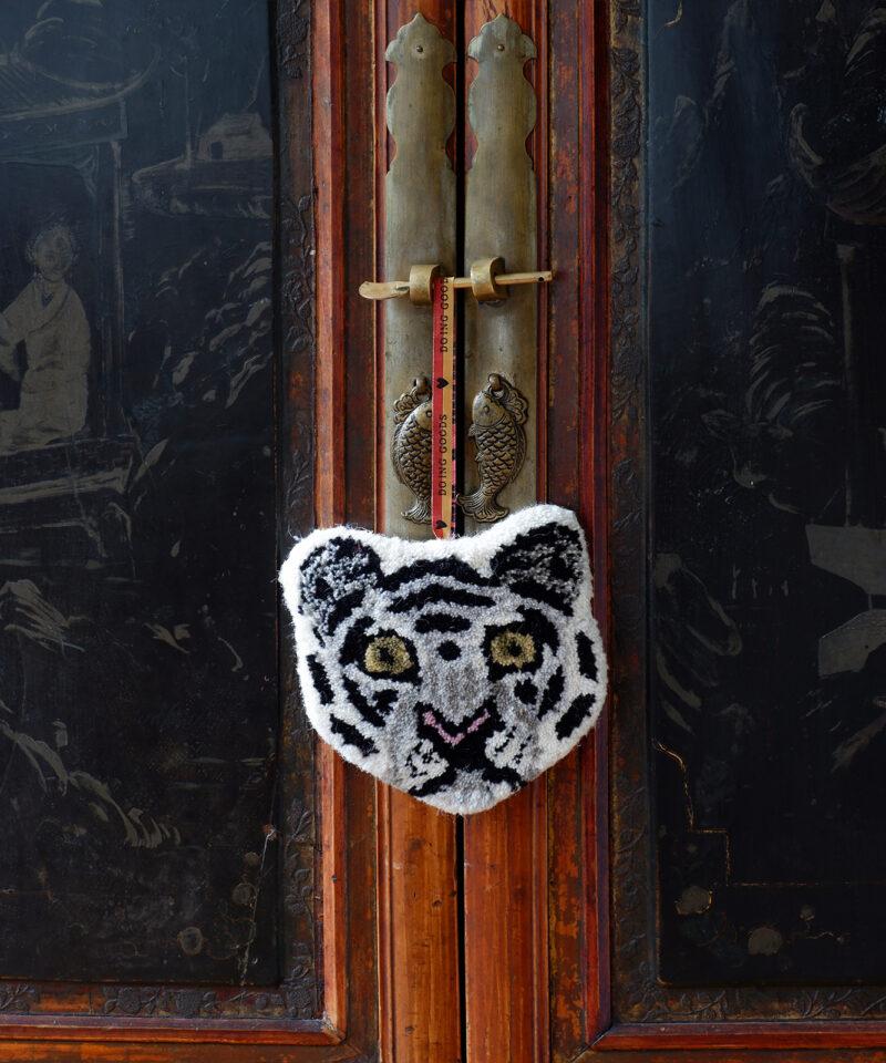 1.45.10.043.020.3 Snowy Tiger Gift Hanger Web